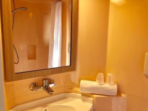 A bathroom at Premiere Classe Perpignan Sud