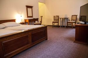 A bed or beds in a room at Hotel Mazowiecki