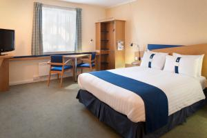 A bed or beds in a room at Holiday Inn Express Aberdeen City Centre