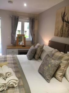 A bed or beds in a room at De Courceys Cottages