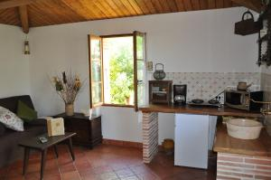 A kitchen or kitchenette at Le Poulailler