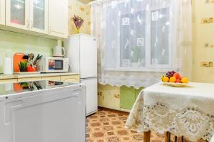 A kitchen or kitchenette at Apartment TwoPillows on Lenina 36