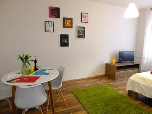 Telewizja i/lub zestaw kina domowego w obiekcie Apartamenty Uwertura - Apartament 11/11