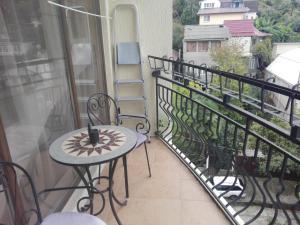 Балкон или терраса в Apartment on Volzhskaya 81-B