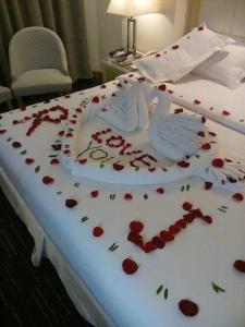 سرير أو أسرّة في غرفة في جولدن ديون هوتل & سويت