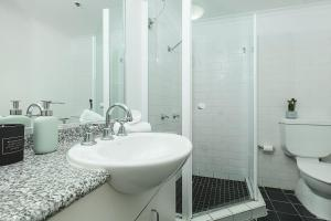A bathroom at Darling Harbour Studio with Pool and Gym