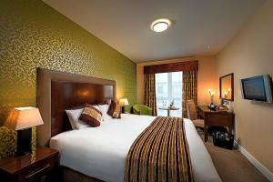 A bed or beds in a room at George Limerick Hotel