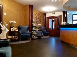 The lobby or reception area at Hotel Bayrischer Hof