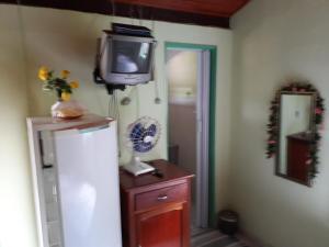 Una televisión o centro de entretenimiento en Suítes Dona Ilda