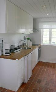 Ett kök eller pentry på STF Andrarum Kuskahusen Hostel