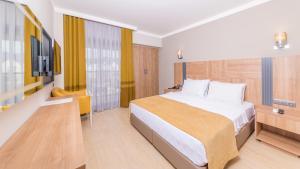 Кровать или кровати в номере Julian Club Hotel