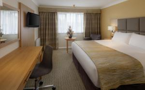 A bed or beds in a room at Mercure Hatfield Oak Hotel