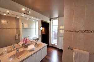 Een badkamer bij Hotel Le Charme de la Semois