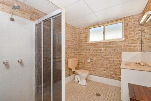 A bathroom at Bimbimbi 1, 11 Willow Street
