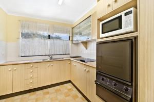 A kitchen or kitchenette at Berdella Park 25 6 Flynn Street