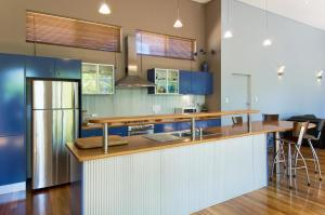 A kitchen or kitchenette at Chriscross Retreat 9 Cross Street