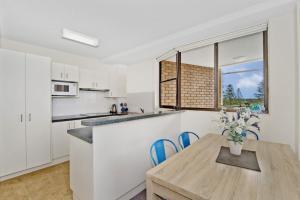 A kitchen or kitchenette at Tasman Towers 9, 3 Munster Street