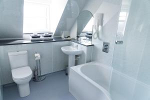 A bathroom at Leys Hotel