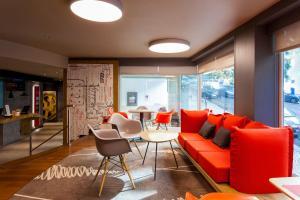 A seating area at Hotel ibis Lisboa Liberdade