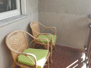 A seating area at bardostudio