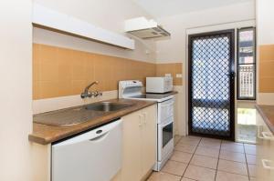 A kitchen or kitchenette at Bay Park Gardens 30 1 Warlters Street