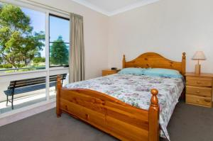 A bed or beds in a room at Bay Park Gardens 30 1 Warlters Street
