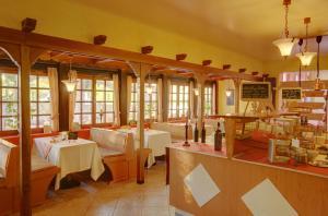 Ein Restaurant oder anderes Speiselokal in der Unterkunft Hotel Naheschlößchen