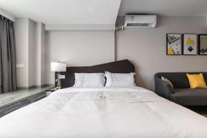 A bed or beds in a room at Insail Hotels Apartment Changlong Metro Station Branch Guangzhou