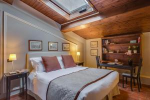 A bed or beds in a room at Locanda Dei Guelfi