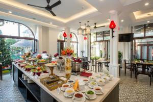Un restaurante o sitio para comer en Hoi An Emotion Boutique Hotel