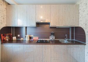 Кухня или мини-кухня в Apartment on Zvezdinka 5