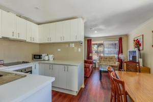 A kitchen or kitchenette at Brilliant, neat, convenient, family-friendly house