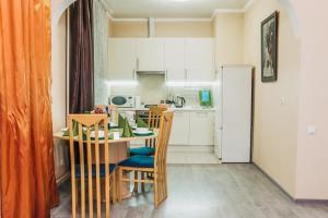 A kitchen or kitchenette at Apartamentos na Kutuzovskom Prospekte