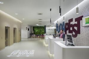 The lobby or reception area at ibis Styles Budapest Airport
