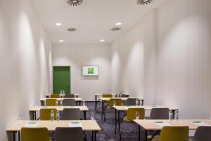 A restaurant or other place to eat at ibis Styles Budapest Airport