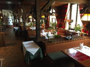 Ein Restaurant oder anderes Speiselokal in der Unterkunft Hotel-Gasthof Zum Weyssen Rössle