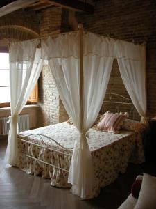 A bed or beds in a room at Al Pozzo dei Desideri