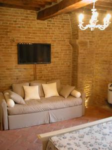 A seating area at Al Pozzo dei Desideri