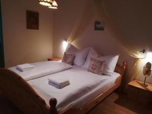 Ein Bett oder Betten in einem Zimmer der Unterkunft Lindlhof Fam. Taferner