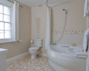A bathroom at The Cheltenham Townhouse & Apartments