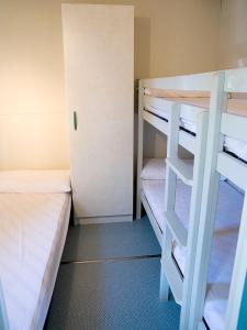Een stapelbed of stapelbedden in een kamer bij Camping Playa Otur