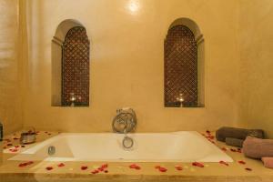 A bathroom at Villa Alouna en exclusivité avec piscine privée dans la Palmeraie