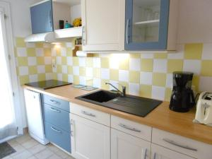 A kitchen or kitchenette at Maisonnette Kristell
