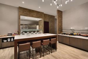A kitchen or kitchenette at Hilton Garden Inn New York Times Square South