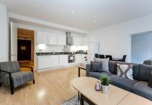 A kitchen or kitchenette at Aldgate Apartment