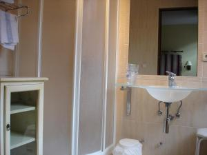 A bathroom at Hostal Ayestaran II