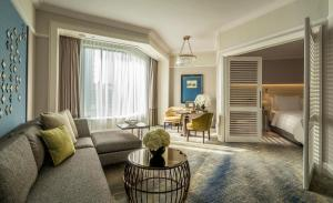 A seating area at Four Seasons Hotel Singapore (SG Clean, Staycation Approved)