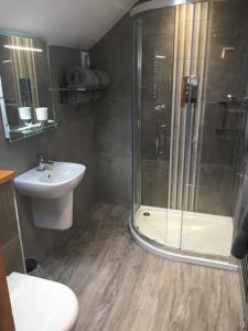 A bathroom at Old Malt Scoop Inn