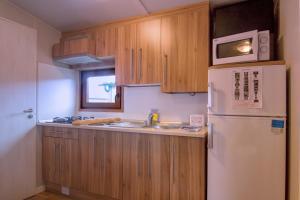 Een keuken of kitchenette bij Camping & Bungalows Zumaia