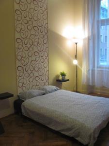 Un pat sau paturi într-o cameră la Synagouge Astoria Guest House